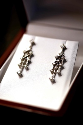 Pair of earrings with eleven diamonds each