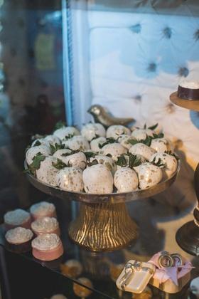 pia toscano american idol jimmy ro smith jennifer lopez wedding white chocolate strawberries gold