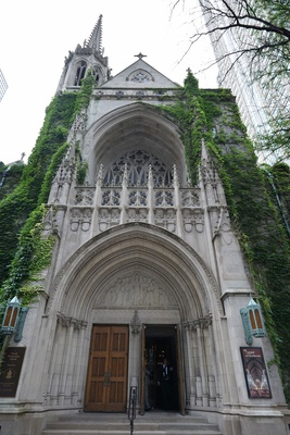 Facade of Fourth Presbyterian Church in Chicago with green ivy