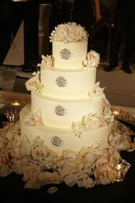 Round wedding cake with crystal brooch and fresh rose