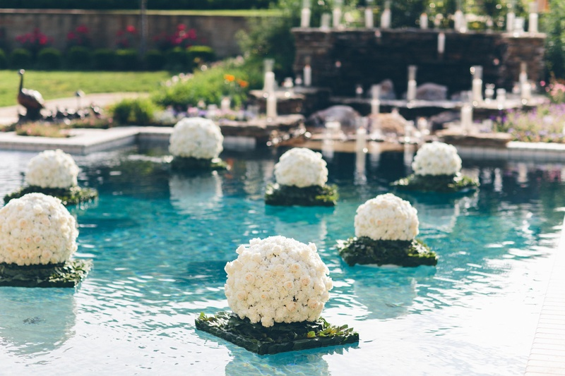 Reception d cor photos manicured floating pool floral arrangement inside weddings for Floating candles swimming pool wedding