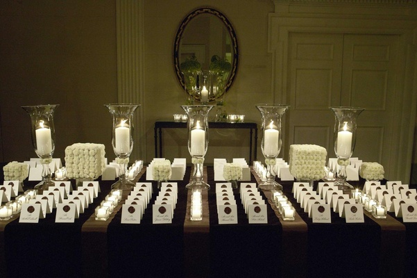 White place card display with candles and mums