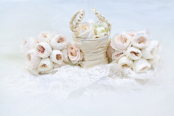 Flower girl basket in satin with petals and bouquets of light pink garden roses