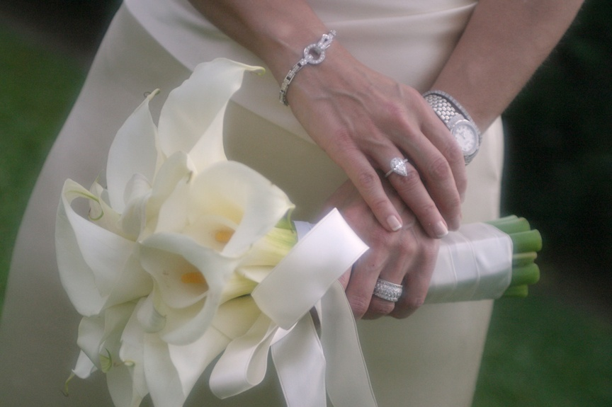The bride carried a white bouquet and wore a dazzling bracelet and watch for her wedding.
