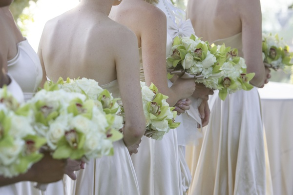 Bridesmaids carrying neutral nosegays