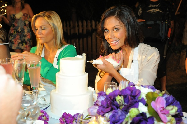 Vanessa Minnillo begins to decorate cake