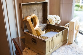 golden crate confetti on table gift table wedding wooden notes