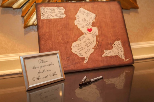 Wedding with wood board and shapes of New York, Pennsylvania, New Jersey for bride and groom