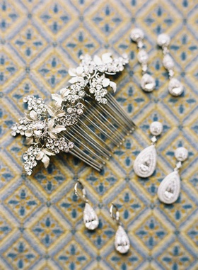 Vine motif bridal hair comb with teardrop diamond earrings and drop earrings