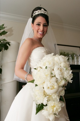White and ivory free-flowing flower arrangement