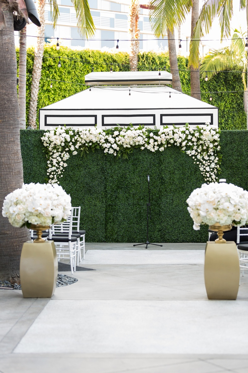 Ceremony Décor Photos - Hedge Wall for Ceremony Backdrop - Inside ...