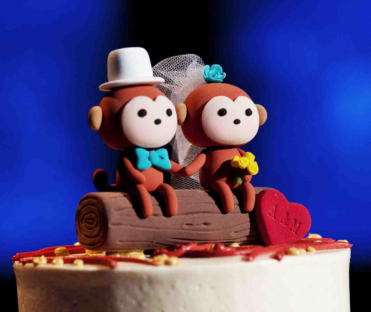 wedding cake topper with monkeys