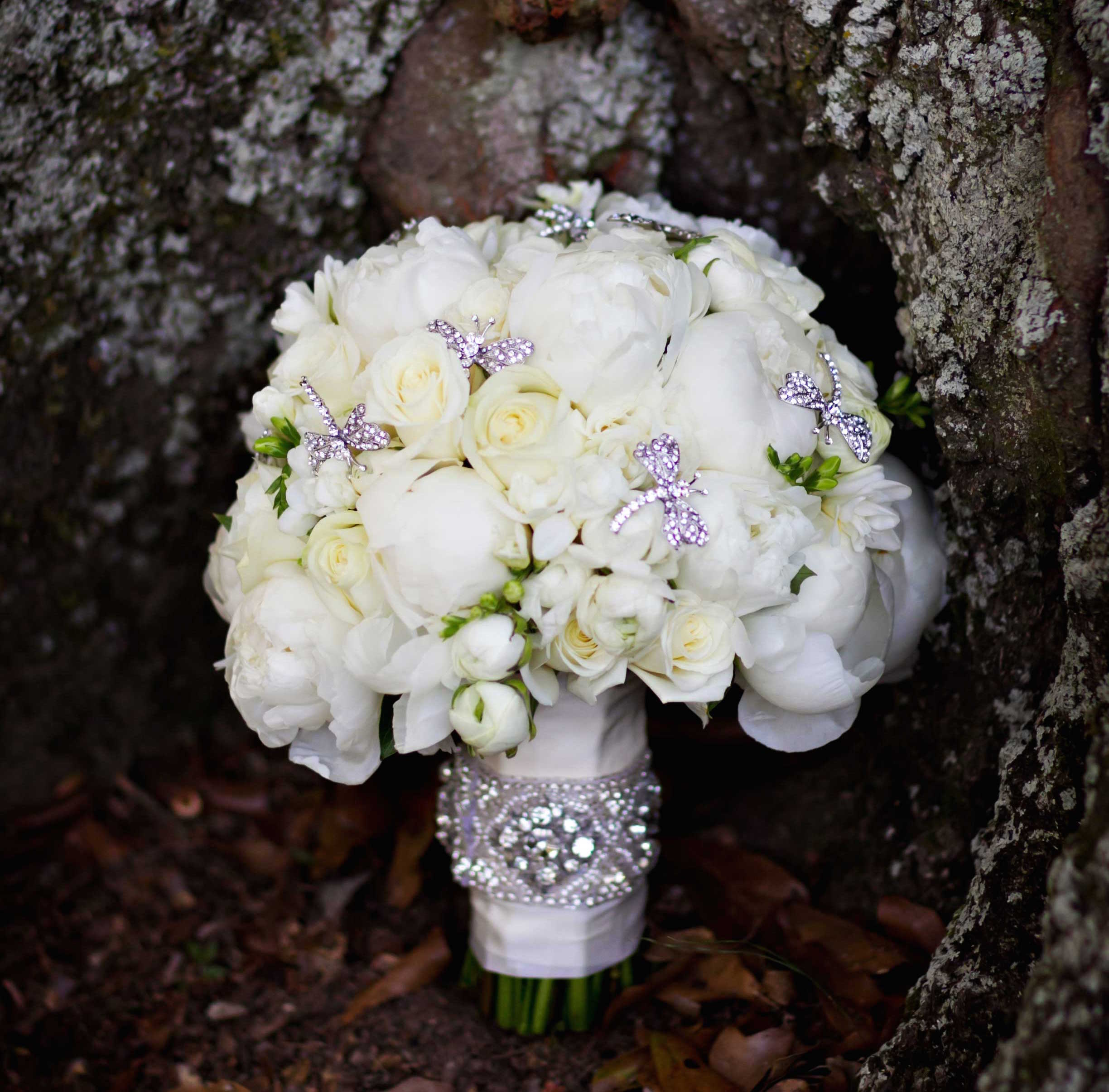 Winter wedding bouquet ideas white rose and peony bridal bouquet dragonfly brooches rhinestones