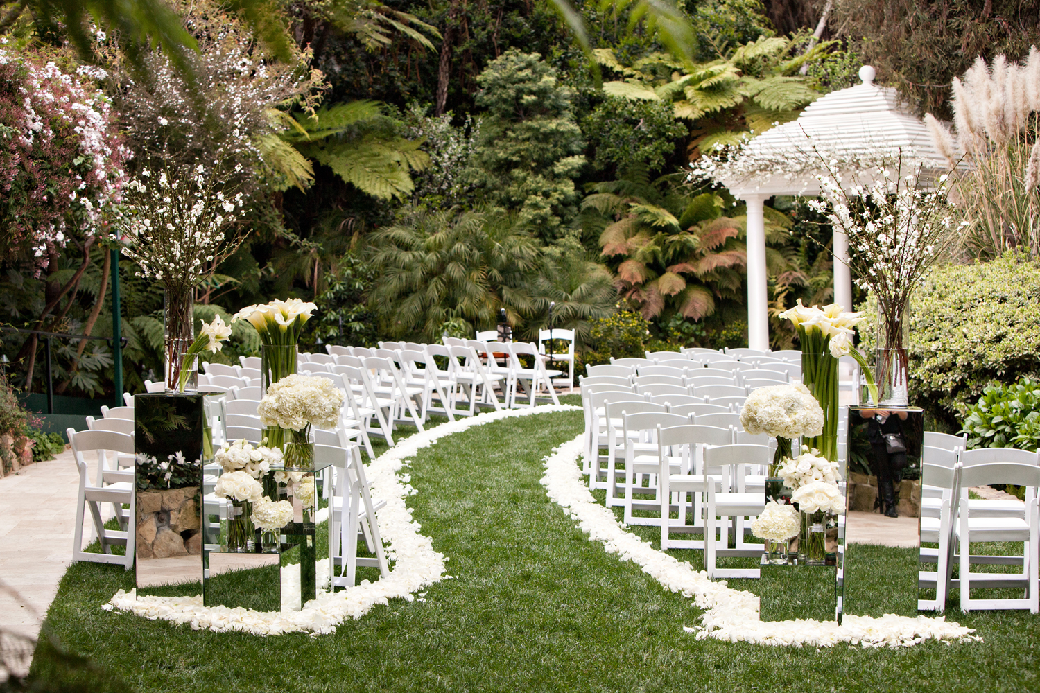 ceremony seating arrangements, curved aisle