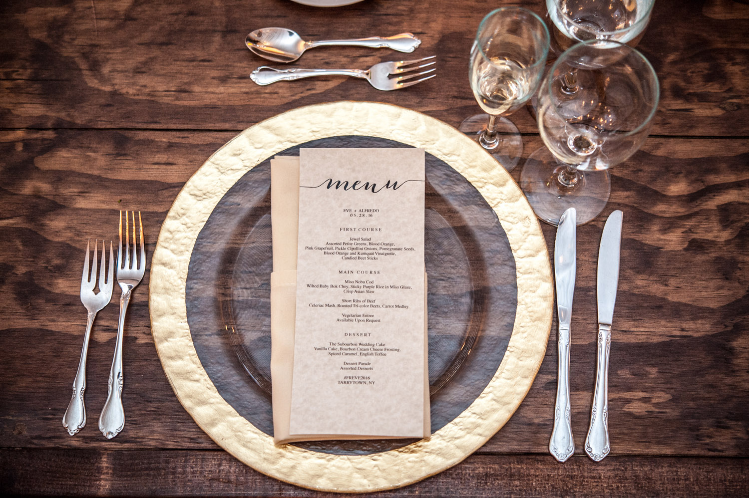 hammered texture gold-rimmed charger at wedding with wooden table