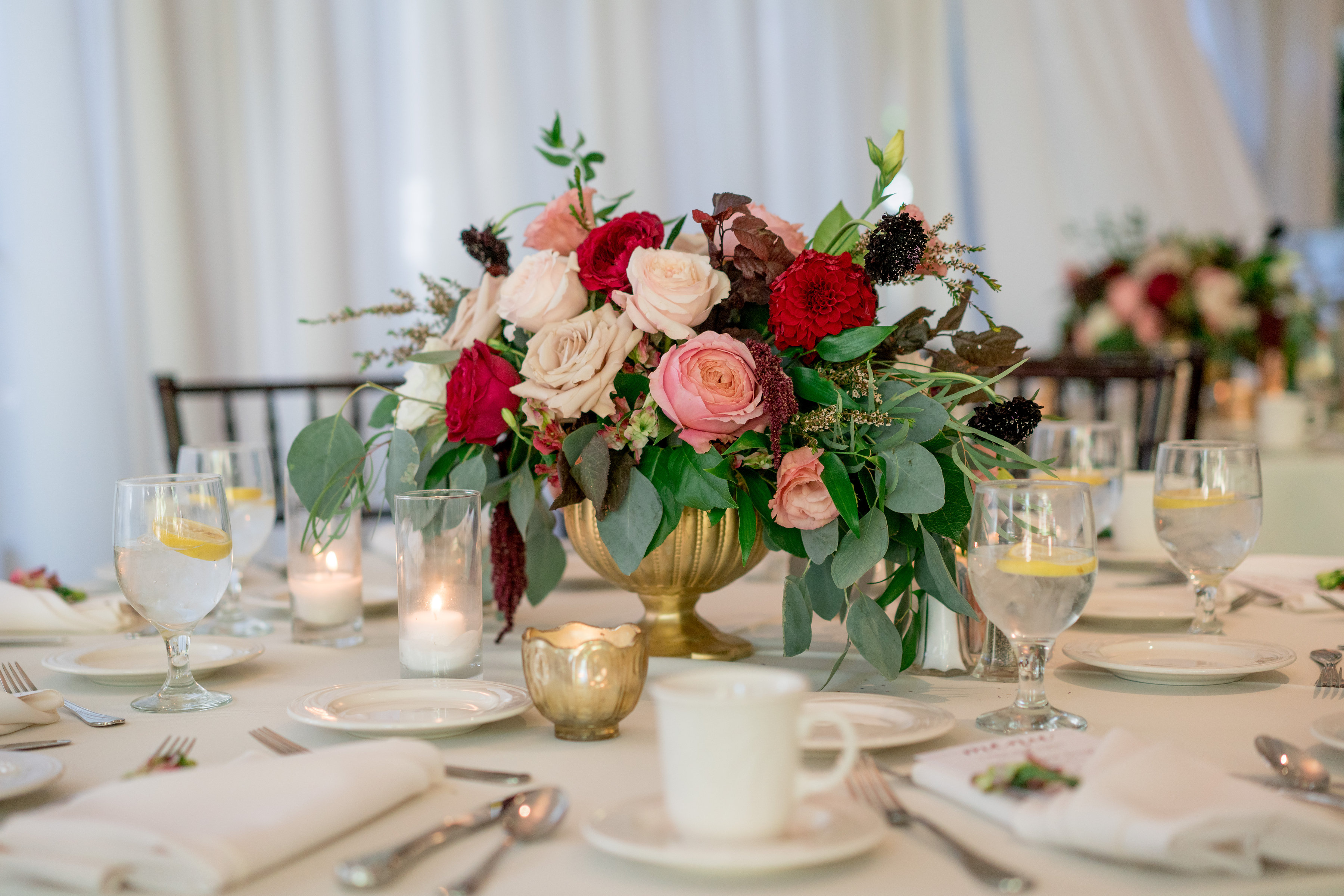 Short centerpieces in gold footed vase