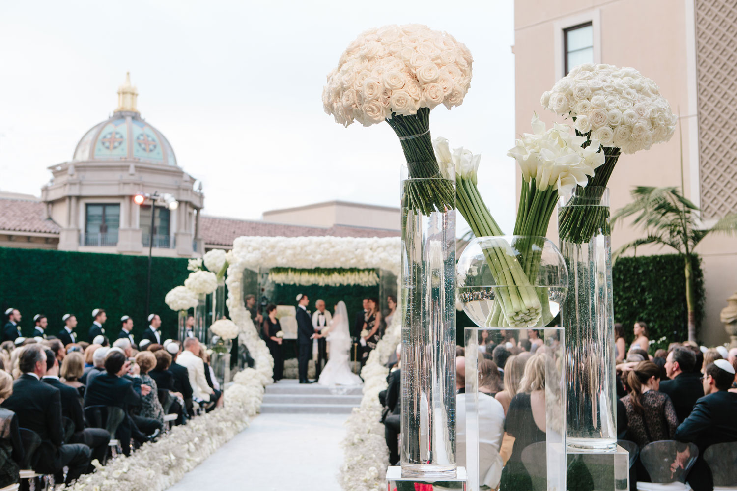 White flowers at outdoor city wedding ceremony geller events revelry event designers inside weddings spring 2018 issue