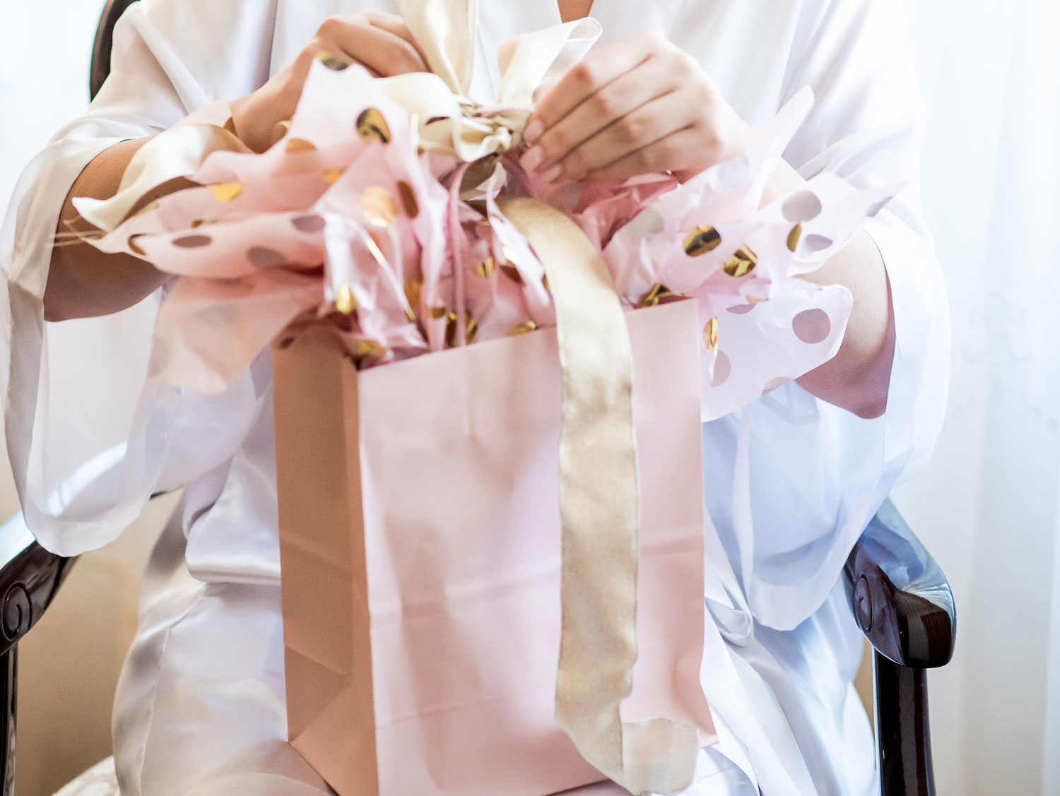 when is the best time to give a wedding gift, when to send a wedding gift