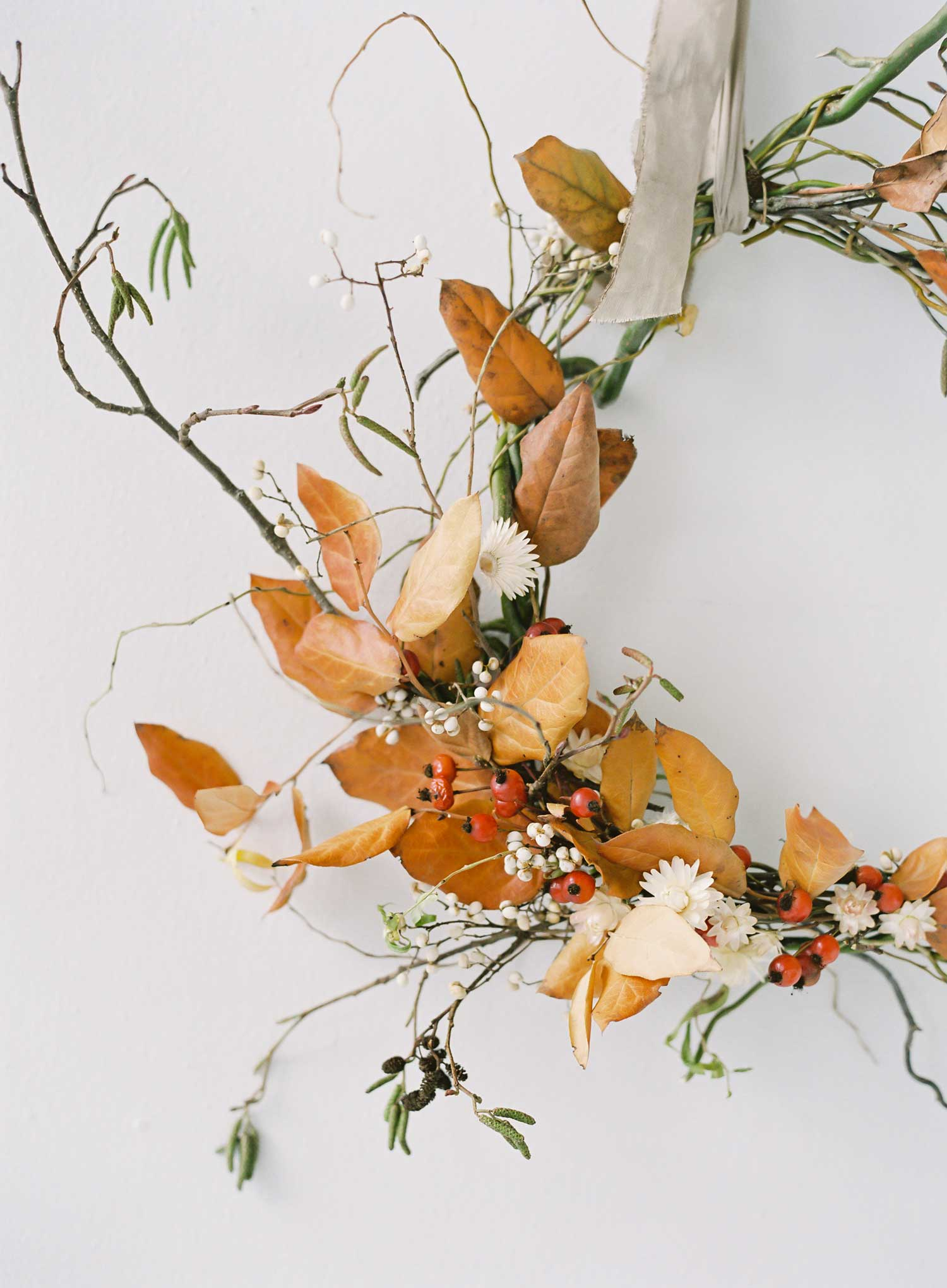 Holiday tabletop ideas wedding shoot with neutral holiday tablescape winter fall party entertaining ideas wreath