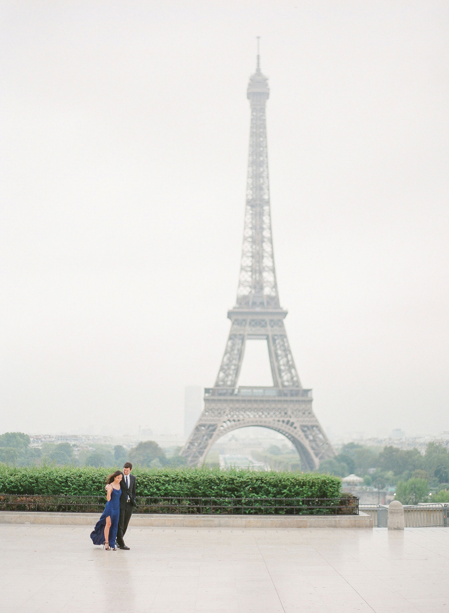 wedding photo engagement photo shoot in paris eiffel tower wedding trends ideas