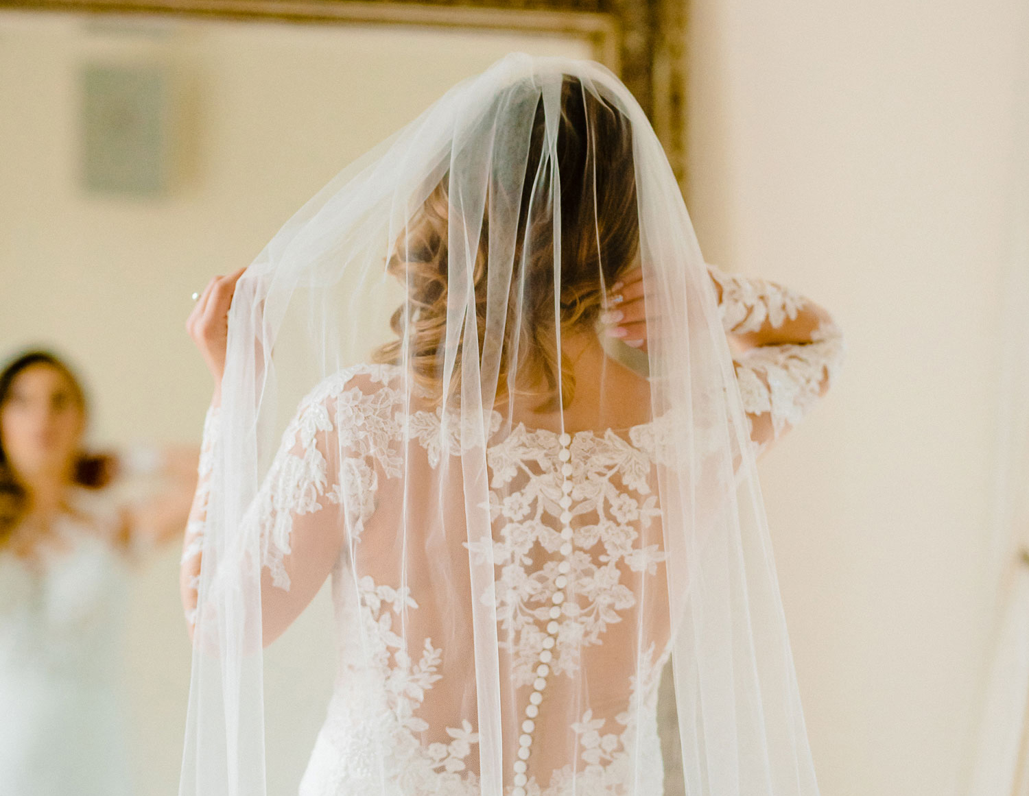 when to wear your bridal veil, should you wear your veil during the first look?