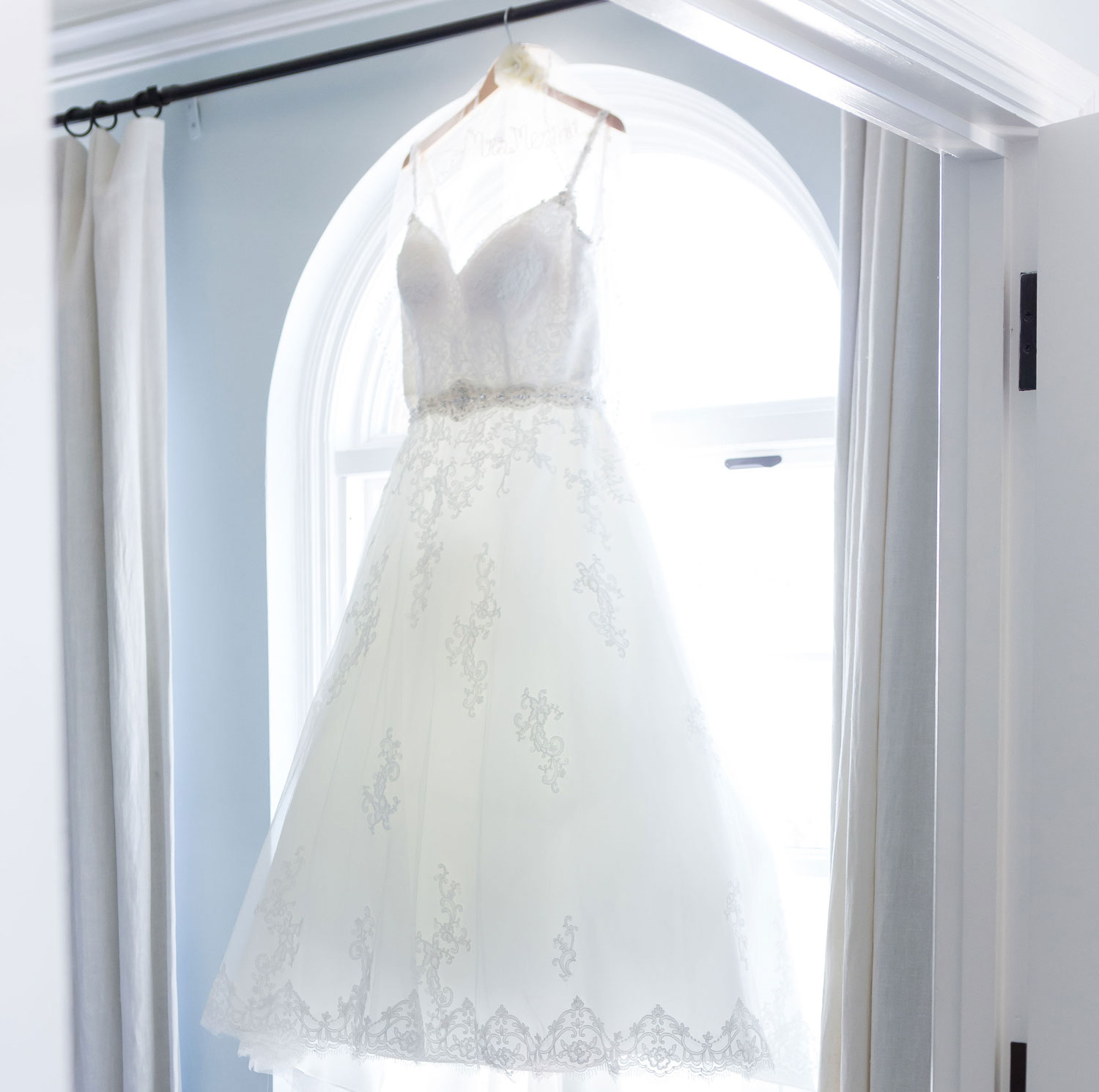pros and cons of shopping for your wedding dress alone