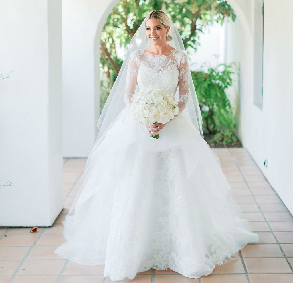 how to help your friend find her wedding dress, wedding dress shopping entourage tips
